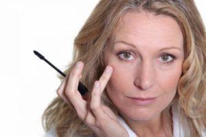 Как с помощью макияжа выглядеть моложе